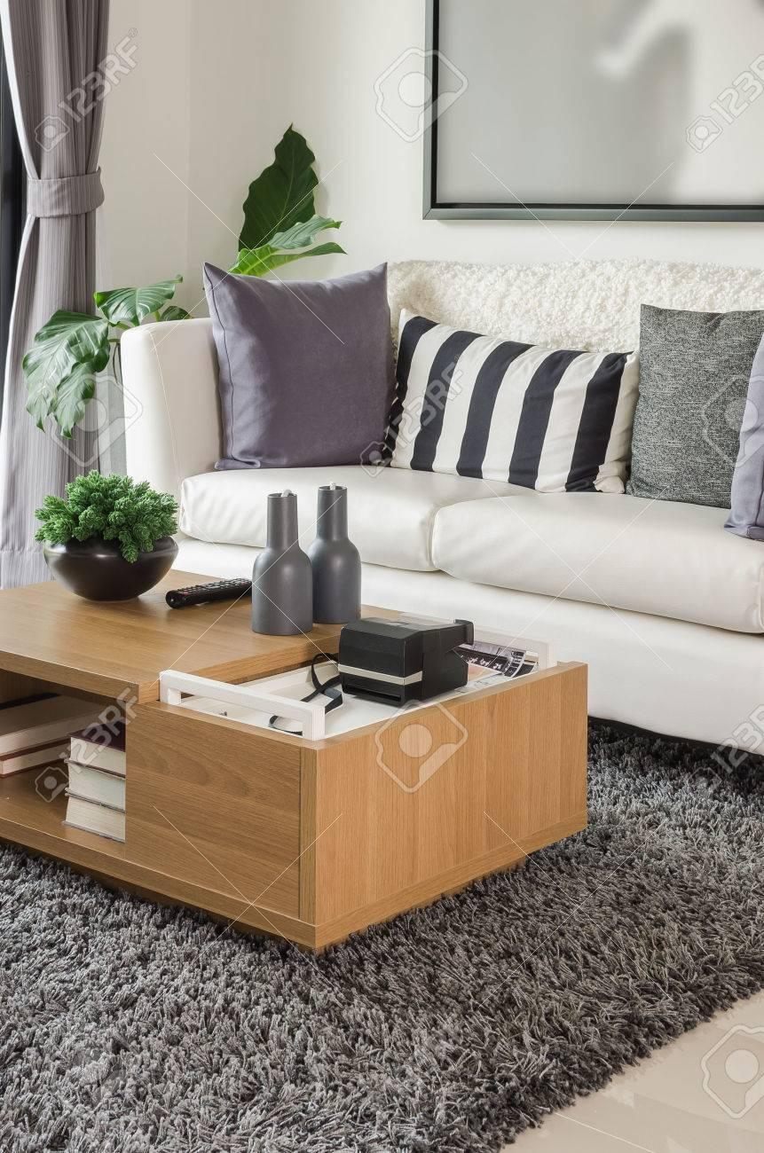 Weißen Sofa Mit Holztisch In Der Modernen Wohnzimmer Zu Hause ...