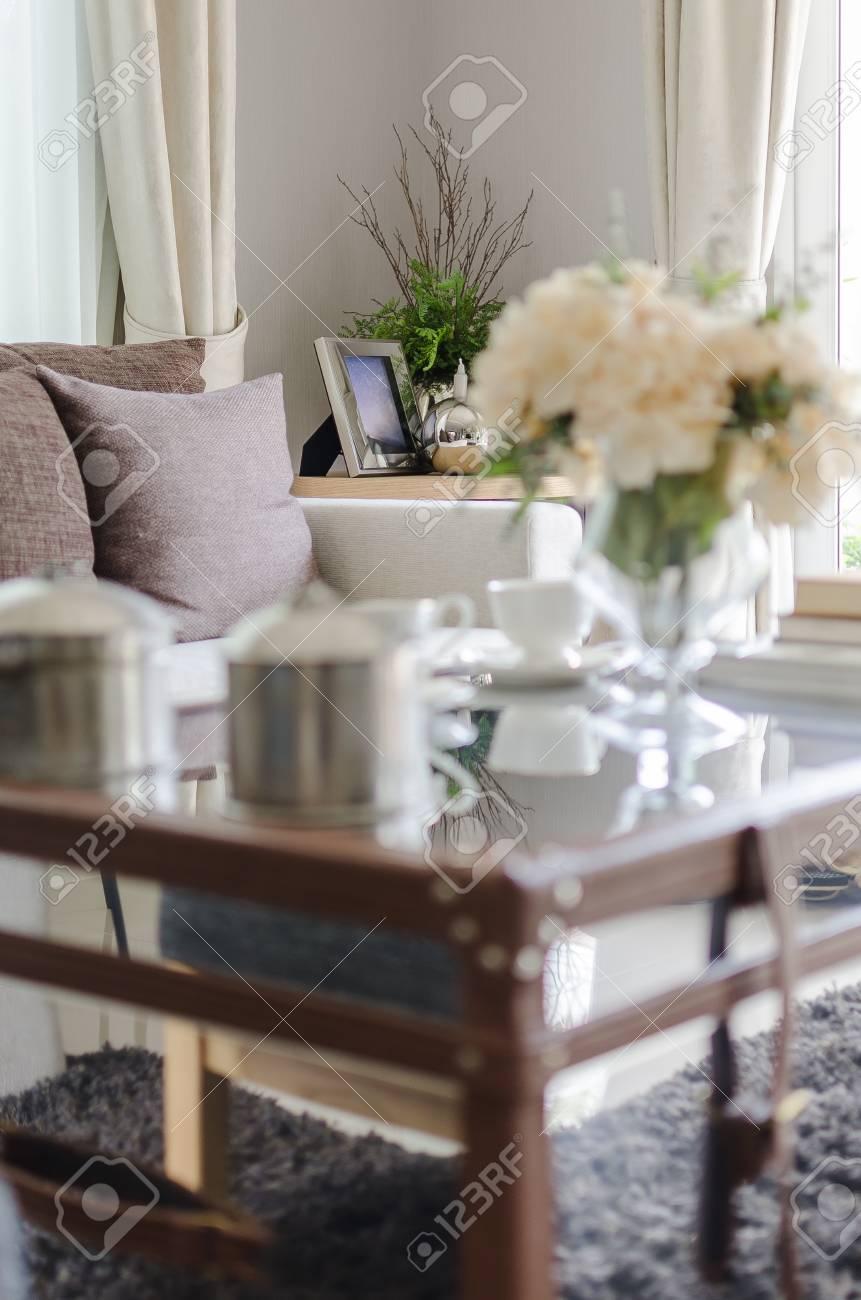Canapé blanc avec des oreillers marron dans le salon et l\'effet de premier  plan flou