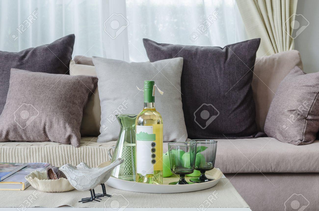 Kissen Und Decke Auf Erdfarben Sofa Mit Satz Von Wein Im