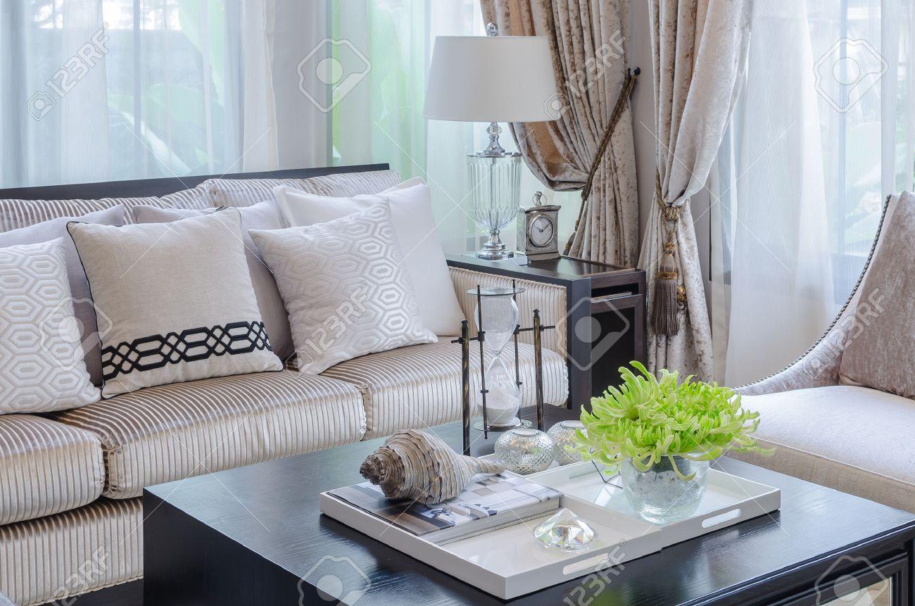 Vaas met plant op houten tafel in de luxe woonkamer thuis royalty ...