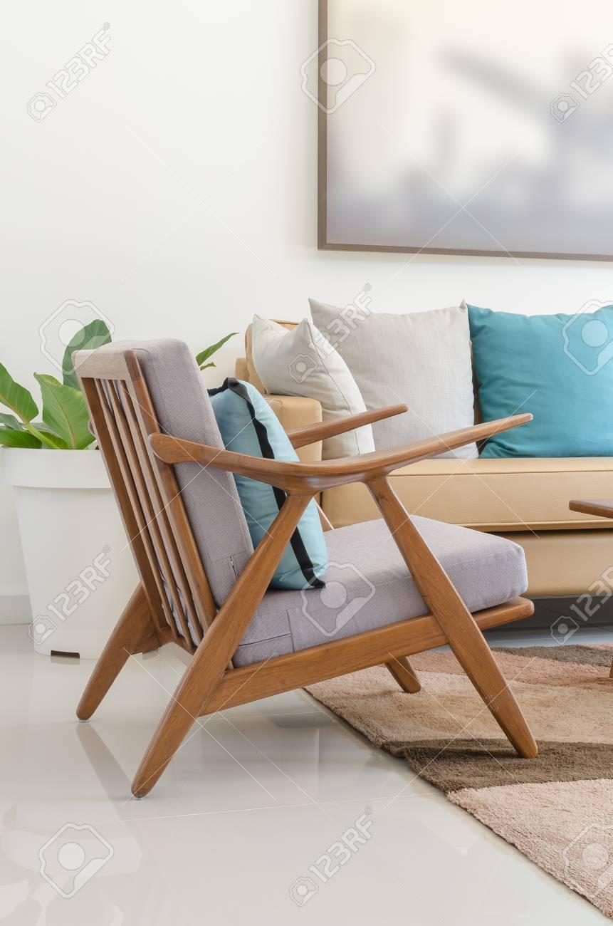 chaise en bois avec un oreiller dans le salon moderne a la maison banque d images et photos libres de droits image 37699195