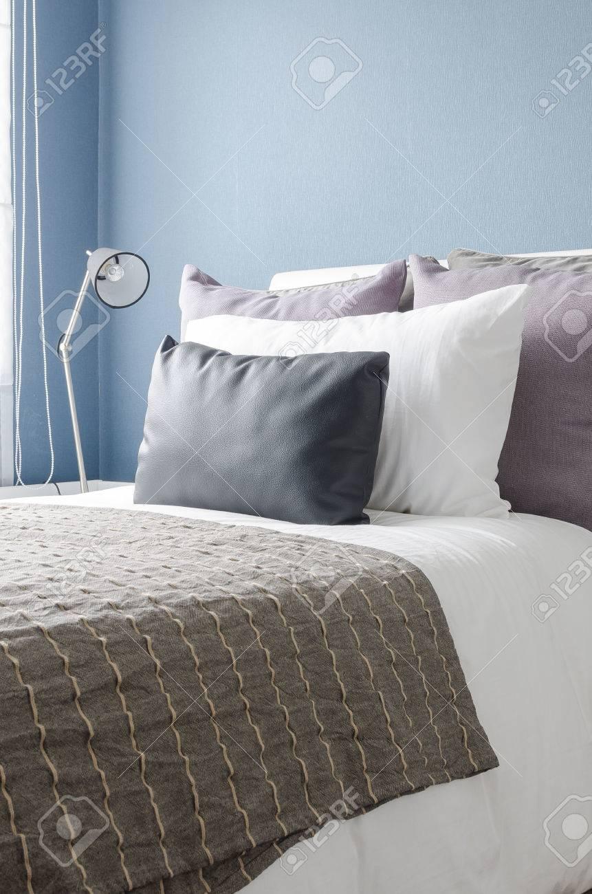 Moderne Schwarze Lampe Auf Weißen Tisch In Der Modernen Schlafzimmer Mit Blauen  Wand Standard Bild