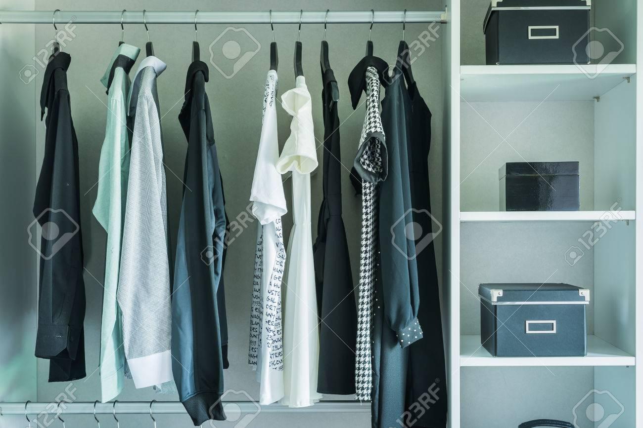 schwarz-weiß-kleider hängen in kleiderschrank - vintage-stil-effekt