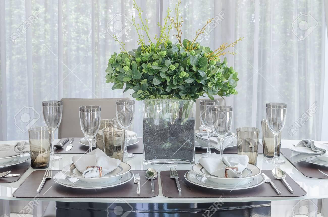 Plantes Dans Un Vase De Verre Sur La Table A Manger Dans La Salle A Manger