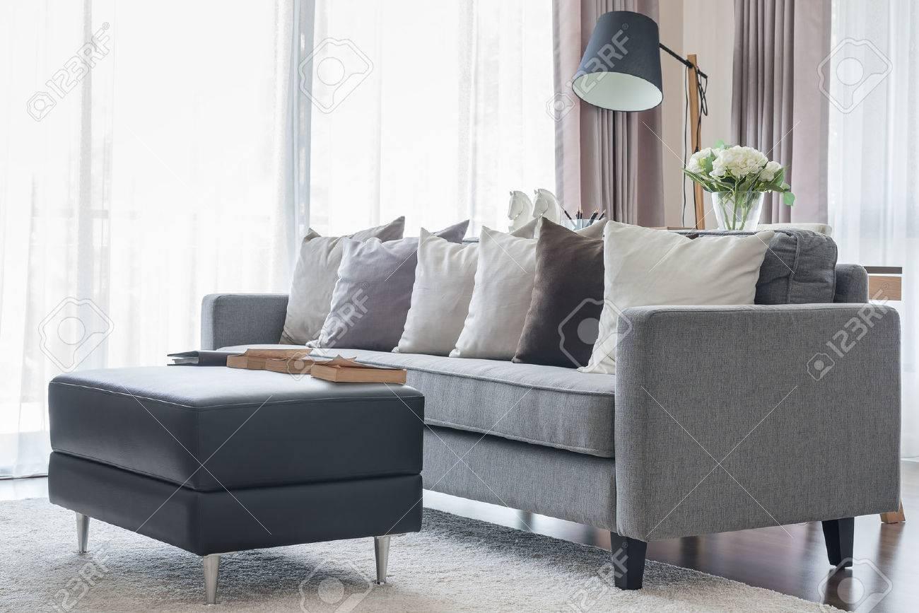 moderne grijze bank met kussens en zwarte tafel in de woonkamer, Meubels Ideeën