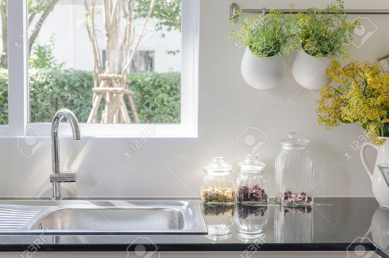 Lavello Moderna Sul Contatore Di Cucina Nero Con Un Vaso Di Piante ...