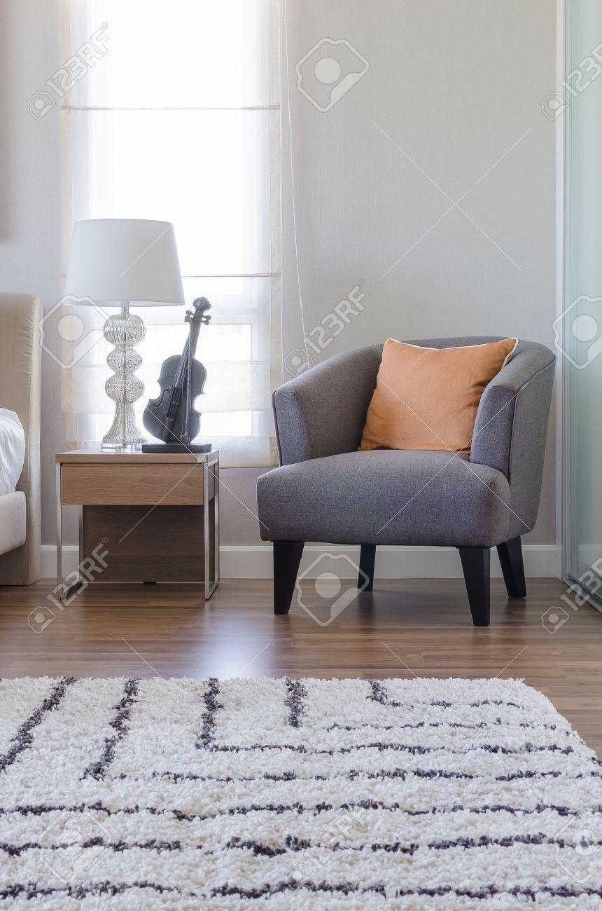 Orange Kissen Auf Modernen Grau Stuhl Mit Nachttisch Und Weiße Lampe Im  Schlafzimmer Zu Hause Standard
