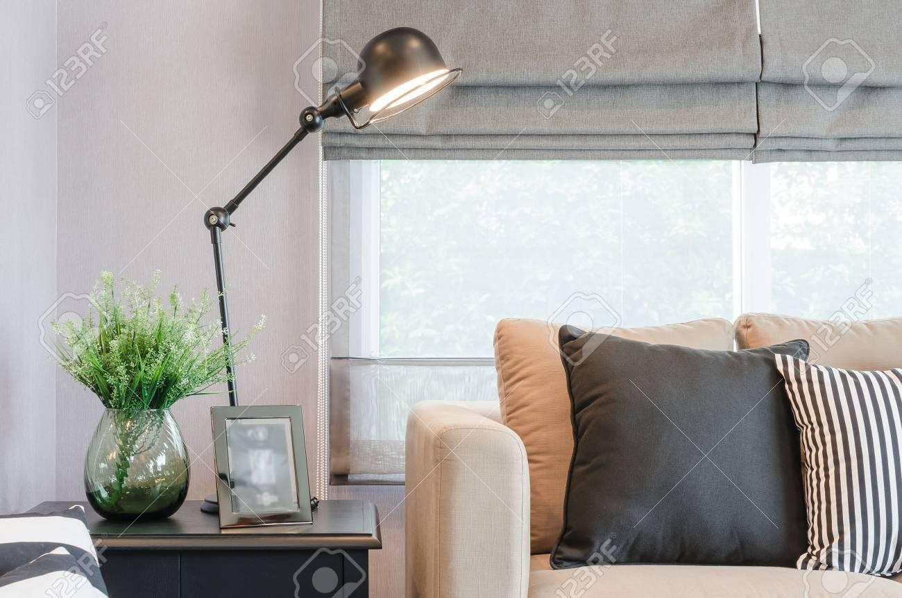 Modernes wohnzimmer mit schwarzen lampe auf dem tisch seite und glas vase von pflanzen lizenzfreie