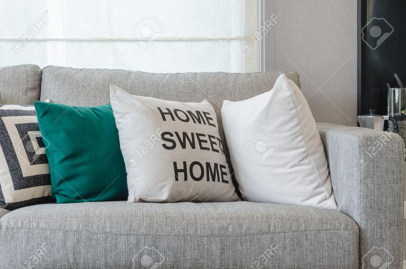 Canapé gris moderne avec des oreillers en noir et blanc et vert dans le  salon