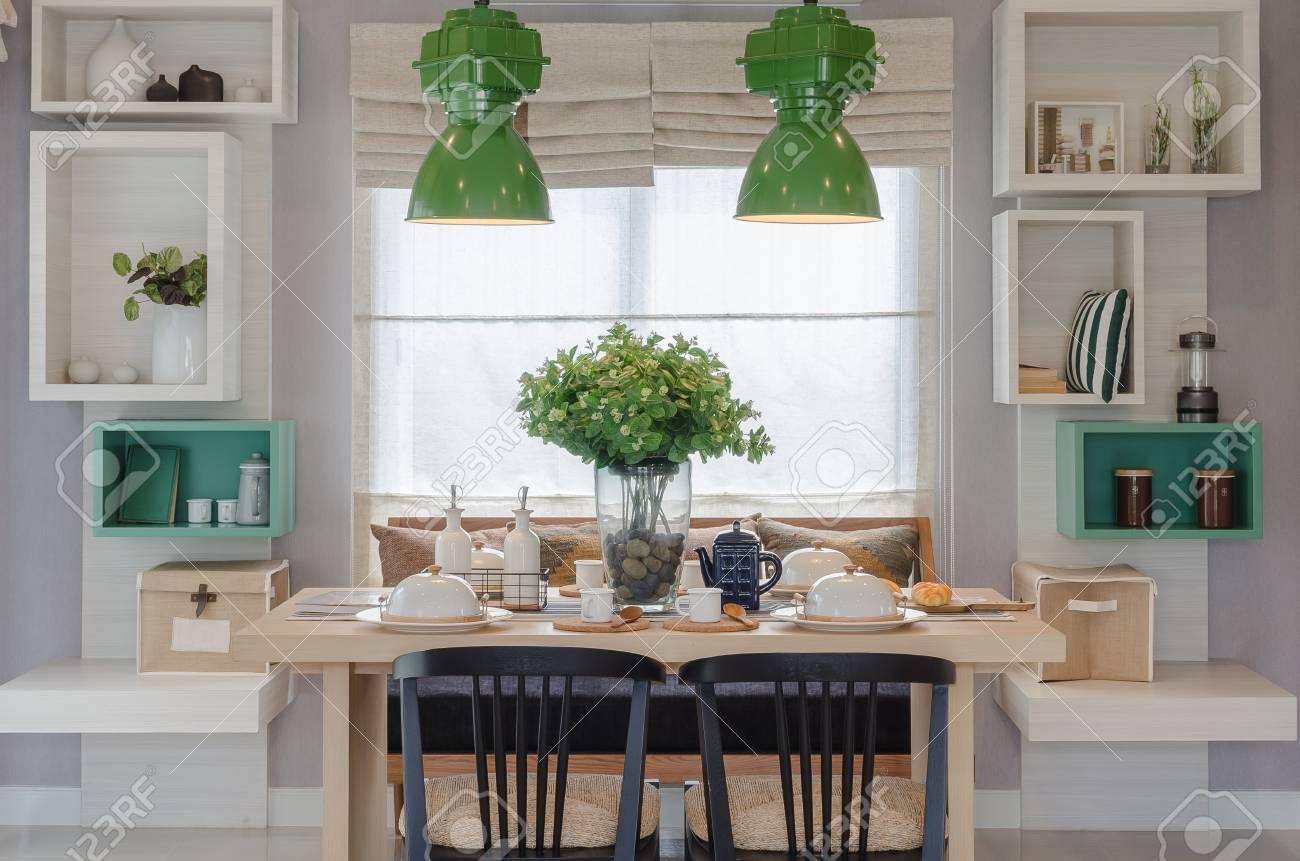 Salle à manger moderne avec table en bois et chaise noire à la maison