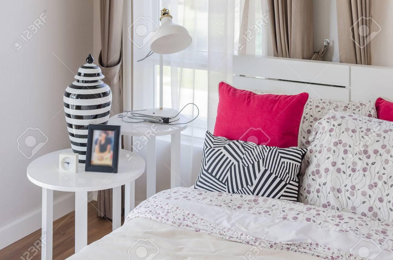 Letti In Legno Bianco : Cuscini rossi su bianco letto in legno con lampada moderna in