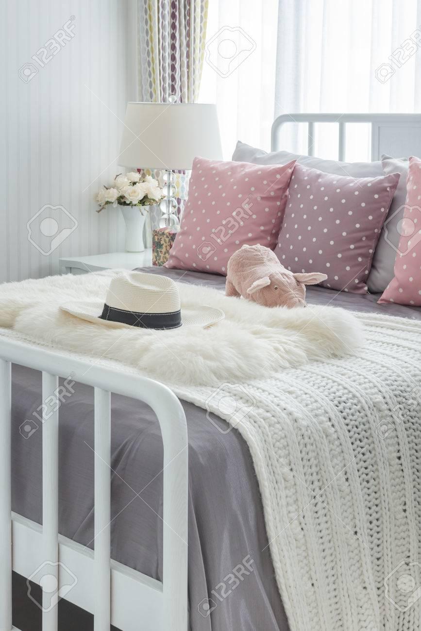 cuscini rosa con la bambola rosa su fondo bianco letto in legno e ... - Cuscini Camera Da Letto