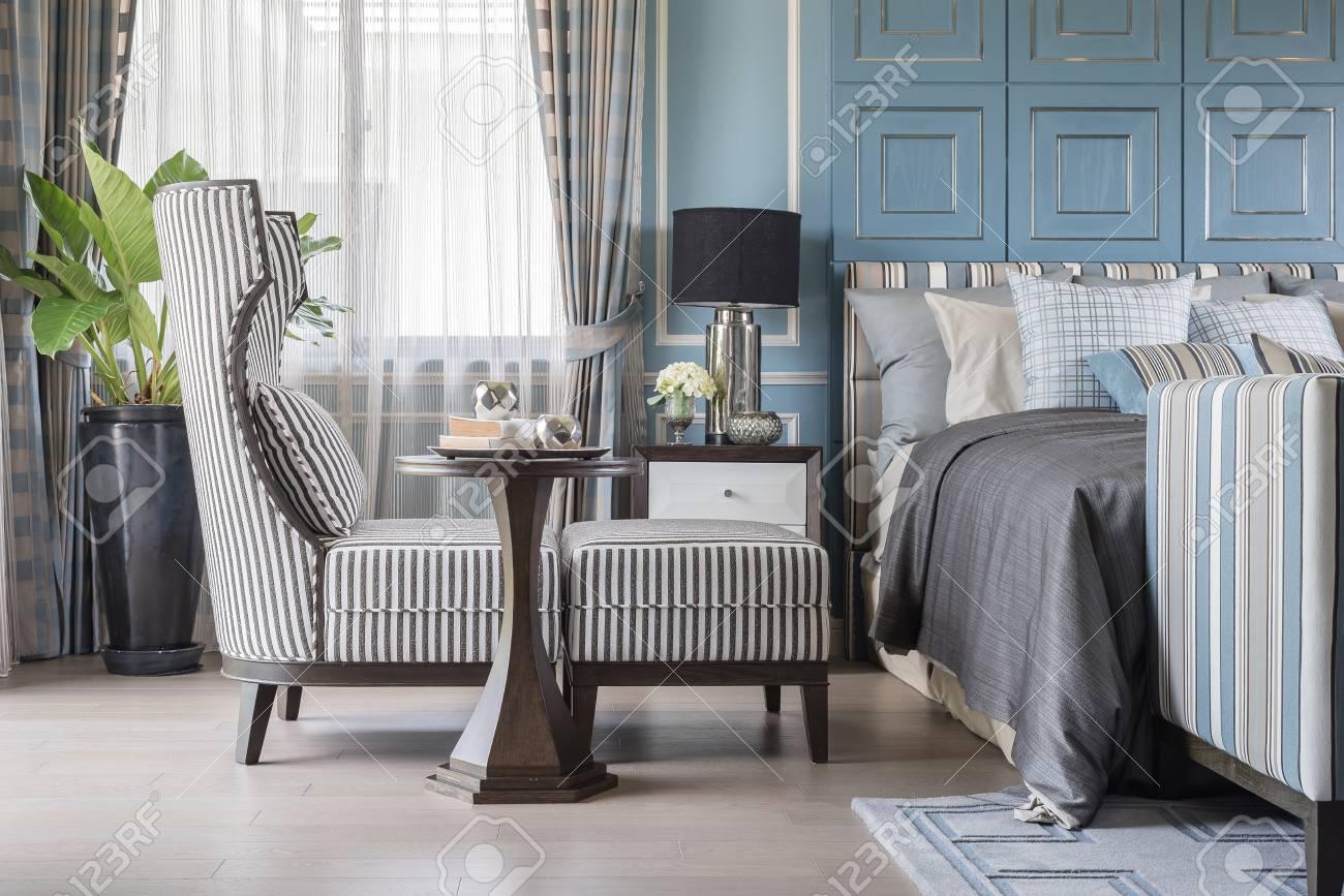 Houten Vloer Slaapkamer : Klassieke stoel met houten tafel op houten vloer in blauwe