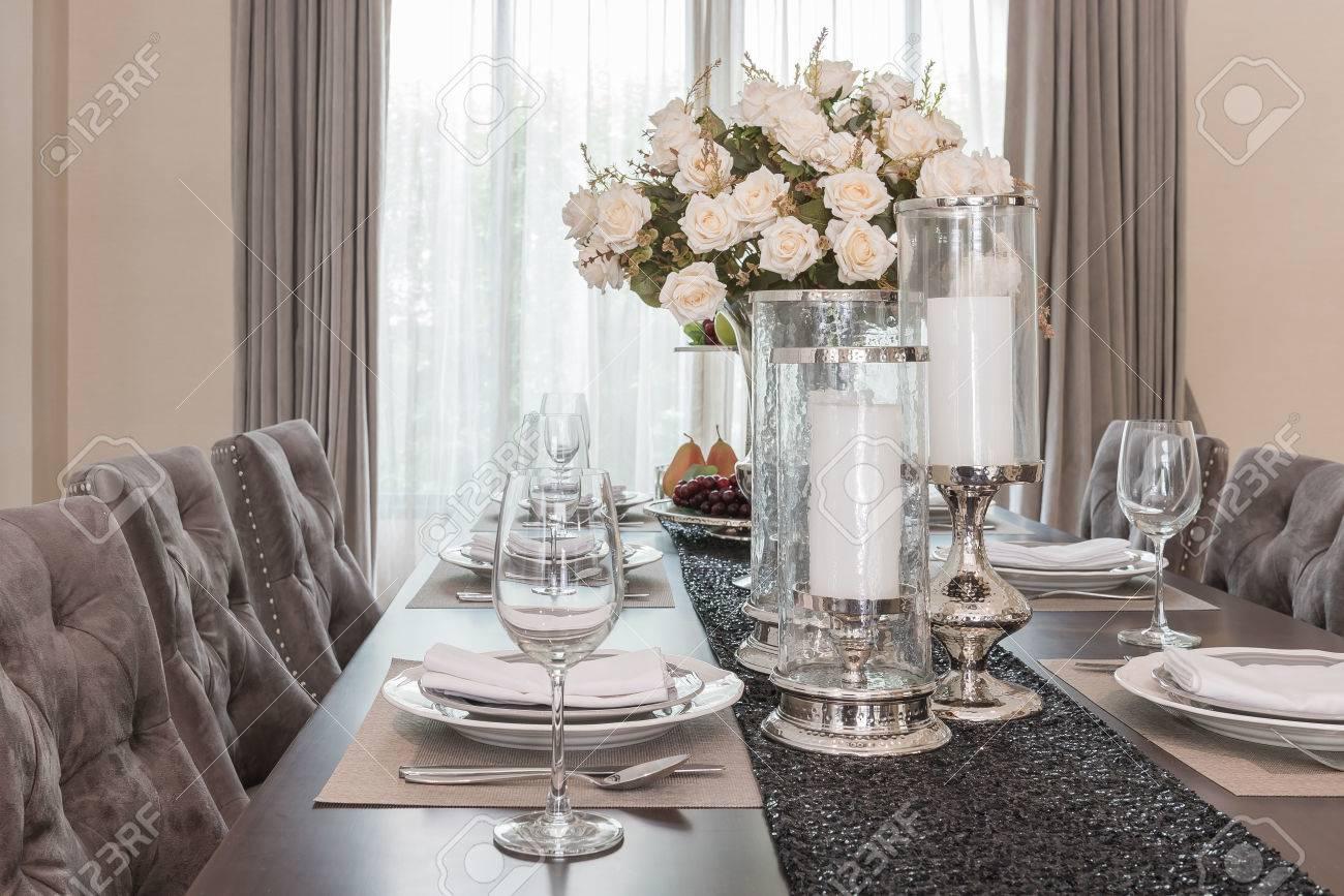 Salle A Manger De Luxe Vase De Fleurs Sur La Table En Bois A La Maison