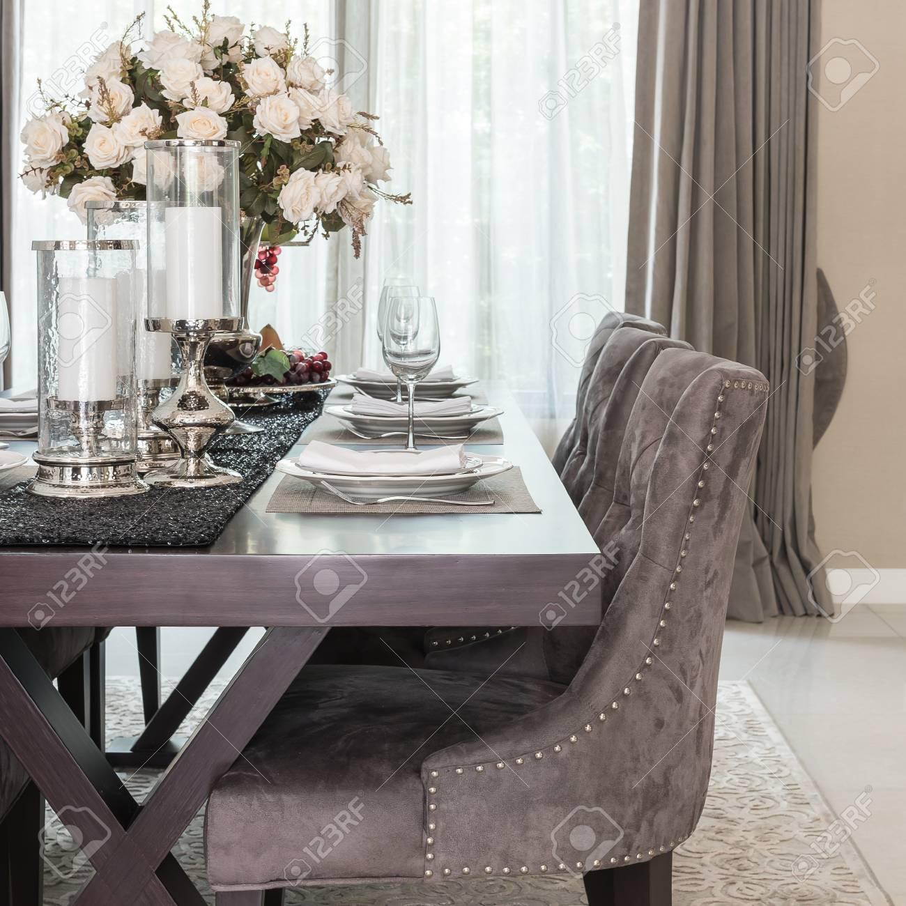 Salle à manger de luxe avec table en bois et chaise de style classique sur  tapis