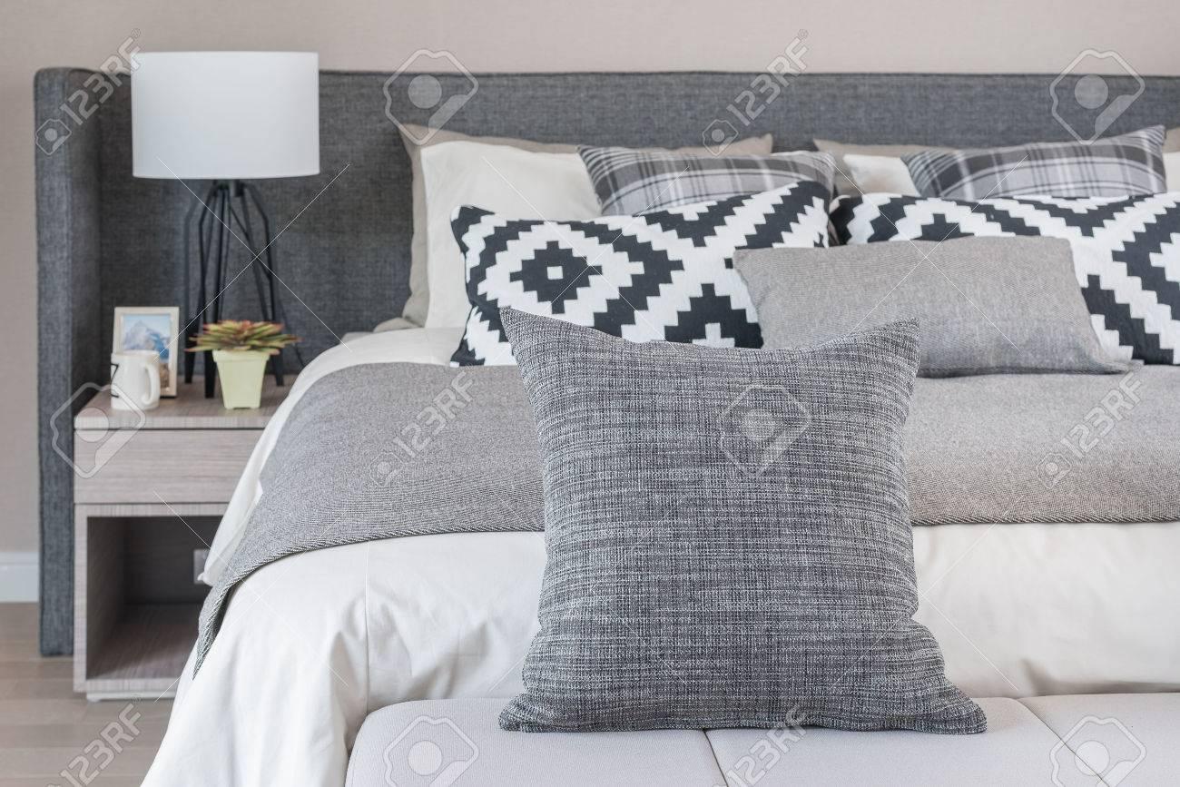 Camera Da Letto Bianca E Nera letto e cuscini in camera da letto moderna, bianco e tonalità di colore  bianco