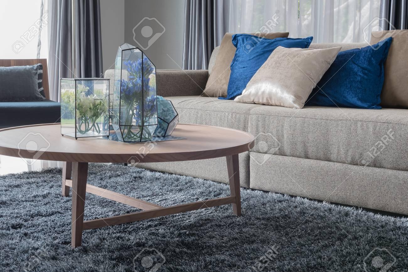 Tappeti Soggiorno Moderno : Soggiorno moderno con tavolo rotondo in legno sul tappeto foto