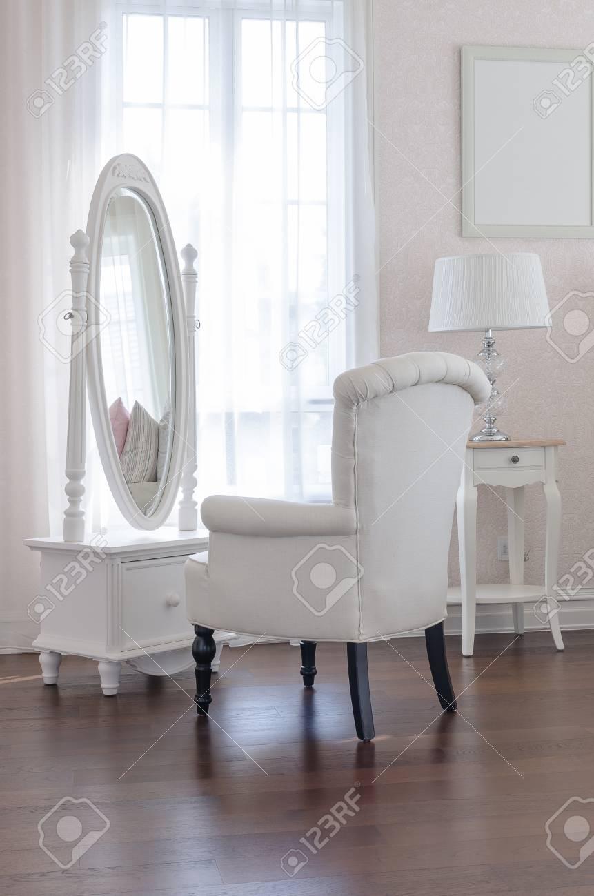 Standard Bild   Weiß Schminktisch Mit Klassischen Stuhl Aand Eleganz  Spiegel In Luxus Schlafzimmer Design