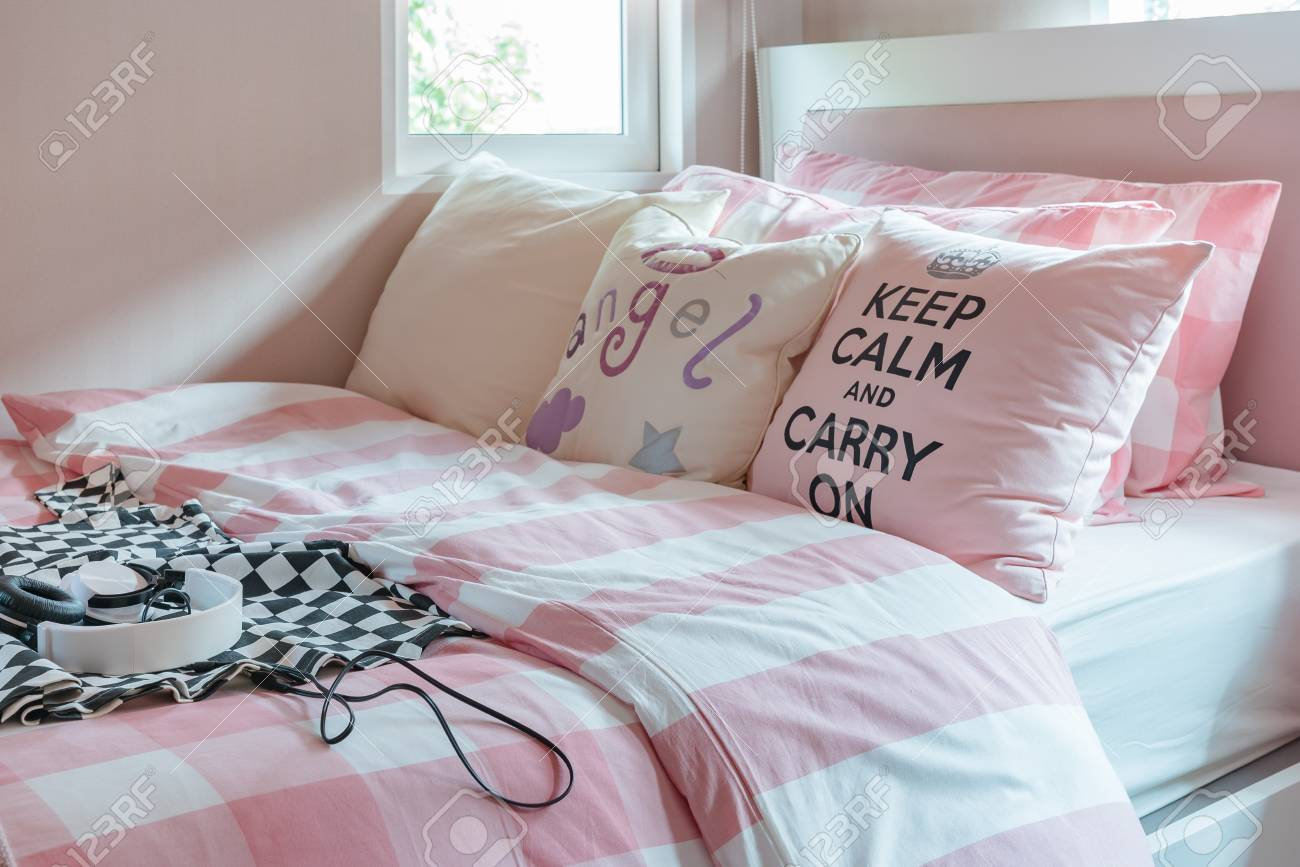 Colore rosa tonalità di colore camera da letto con cuscini rosa