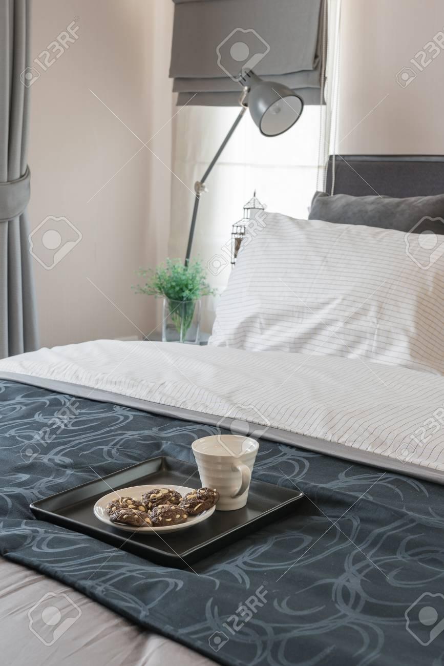 Design moderno camera da letto con letto bianco e vassoio di tazza di caffè