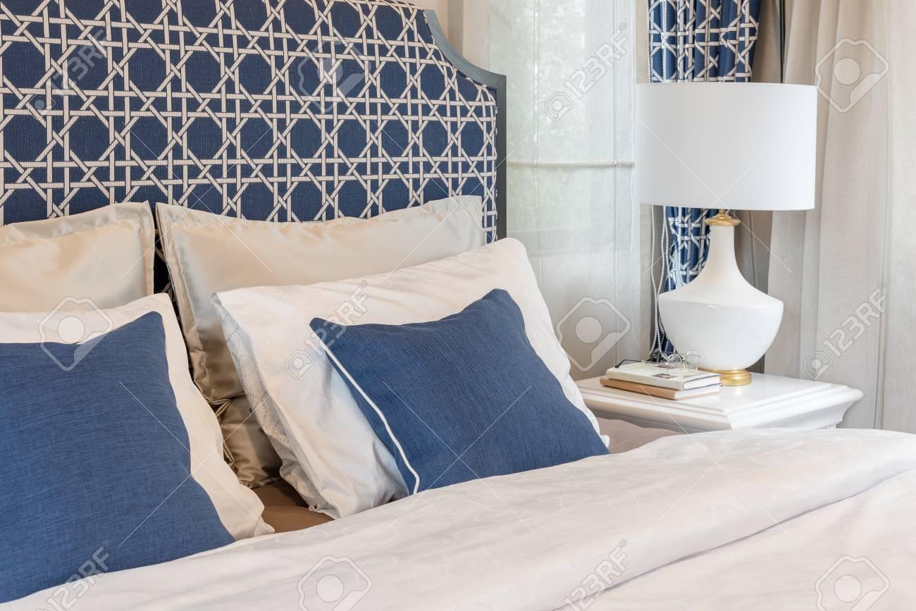 Letti Di Design In Legno : Immagini stock camera da letto di lusso in tonalità di blu con