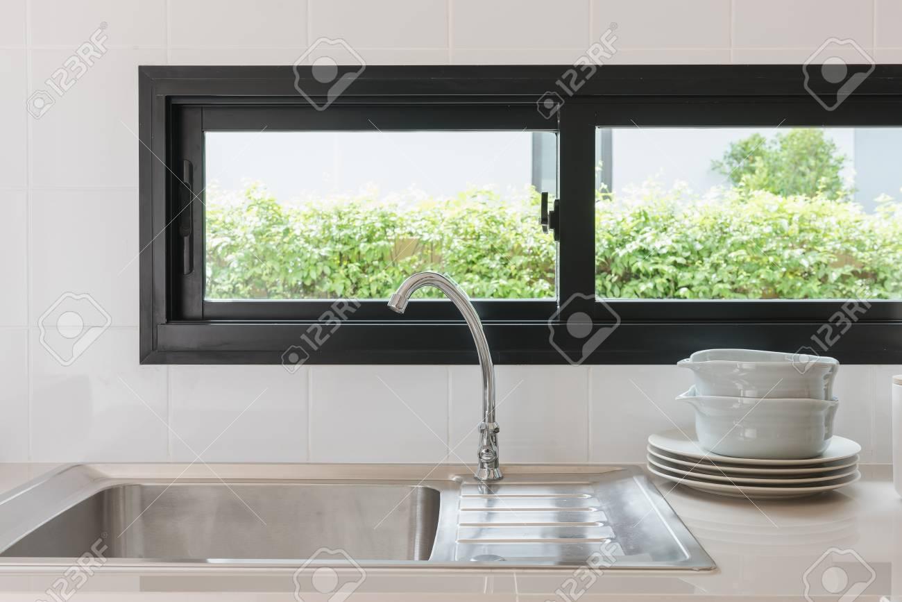 Diseño De La Sala De Cocina Moderna Con Grifo Y Fregadero, Concepto ...