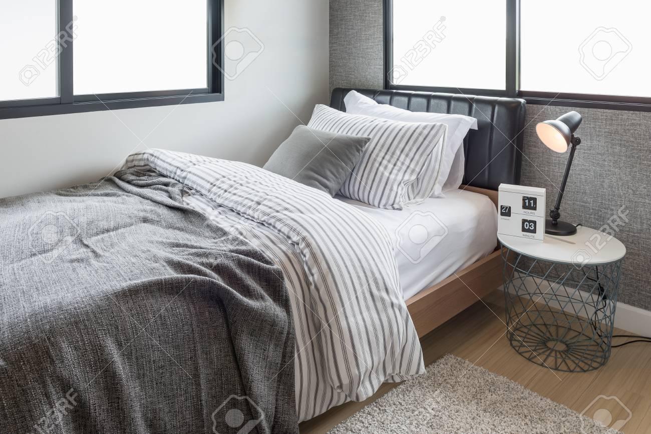 Set van kussens met deken op moderne houten bed in de moderne