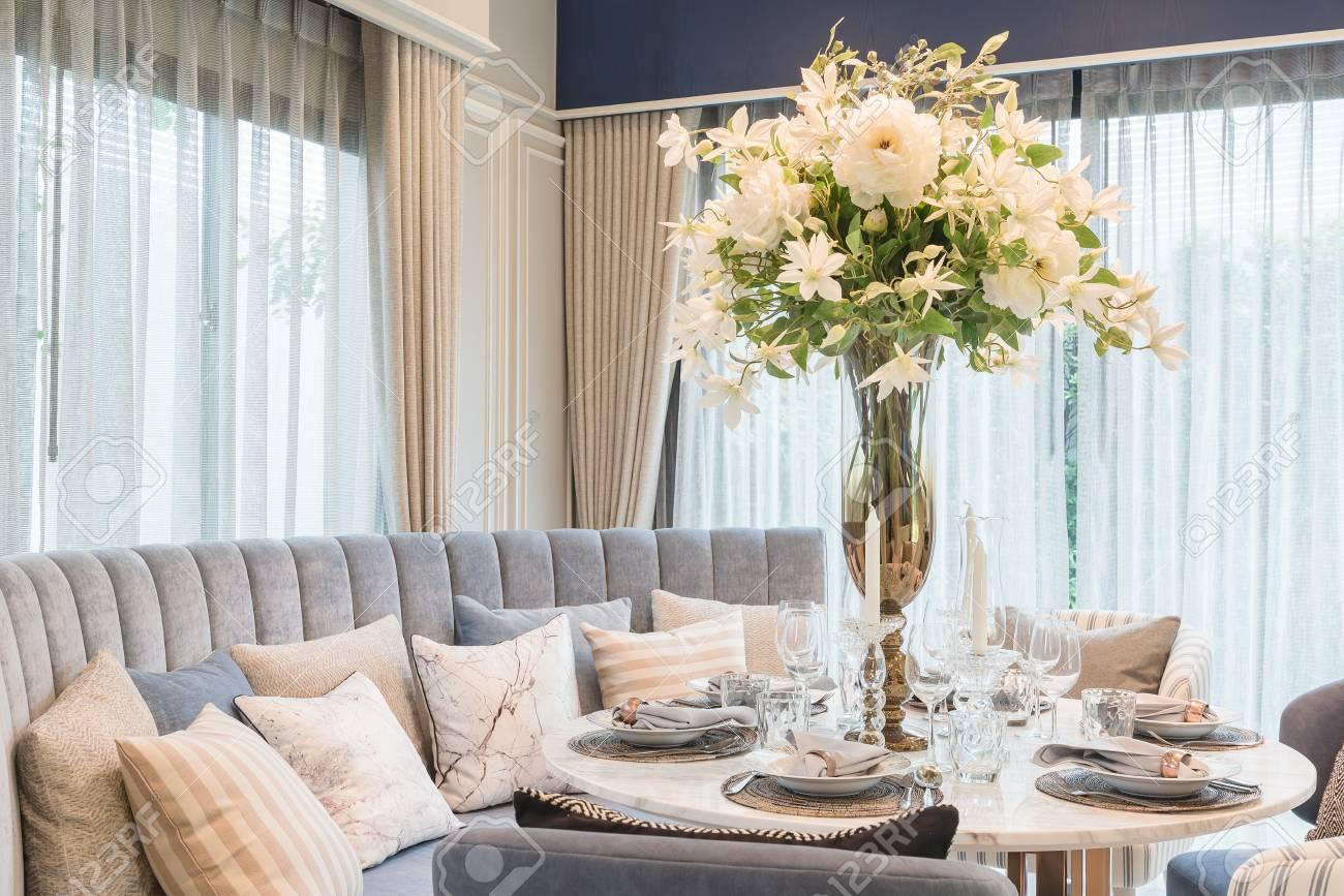 Mesa en mesa redonda comedor en comedor de lujo, diseño de interiores