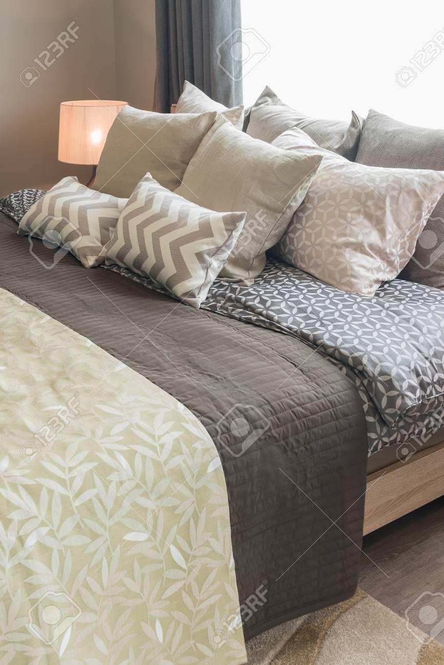 Satz Kissen Auf Bett Im Gemütlichen Schlafzimmerinnenraum ...
