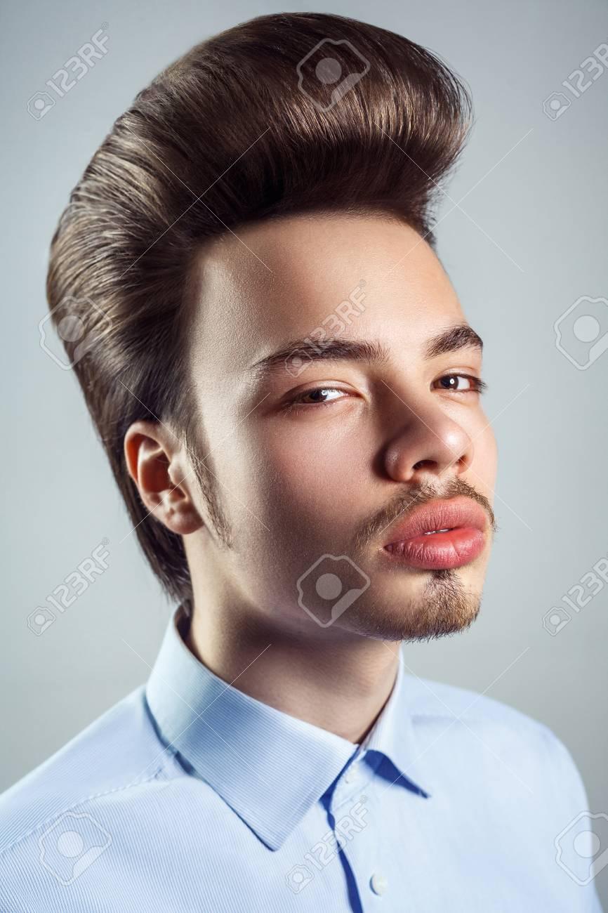 Retrato De Hombre Joven Con Peinado Clásico Retro Pompadour Tiro Del Estudio Mirando A La Camara