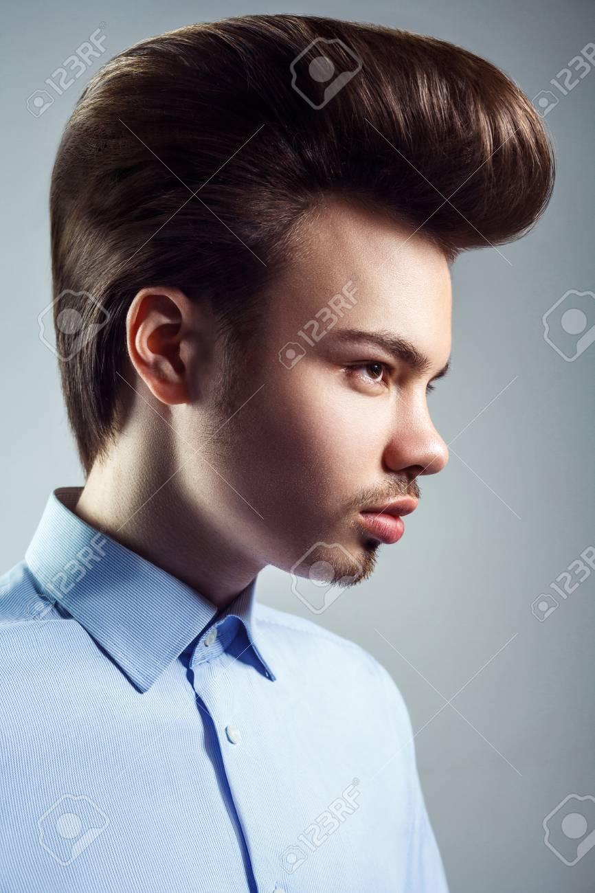 Vista Lateral Del Hombre Joven Con El Peinado Clásico Retro Del Pompadour Tiro Del Estudio