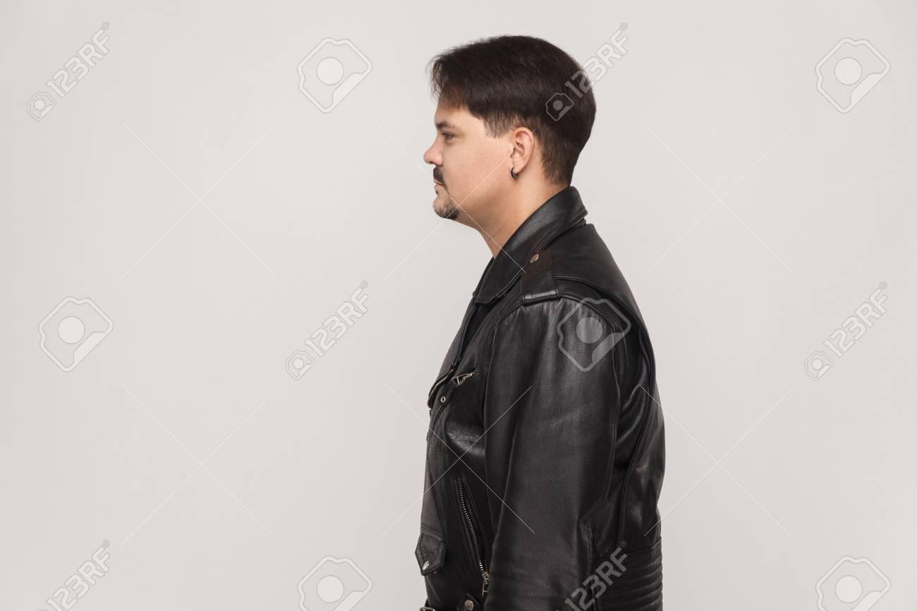 Profil Homme Neformal En Veste En Cuir. Tir Intérieur Sur Fond Gris ...