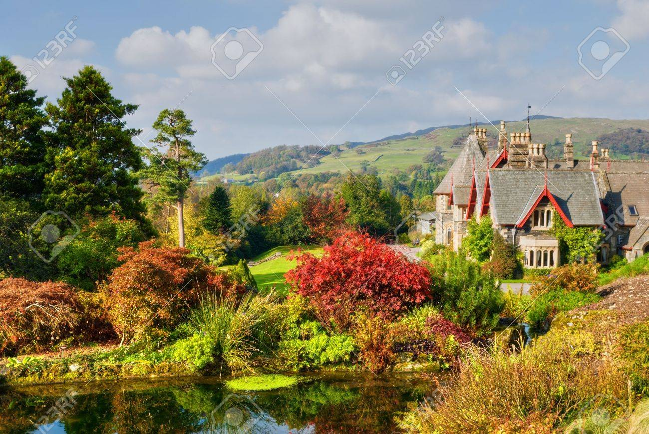 A large English coutry house and garden in rich Autumn colours Stock Photo - 2004489