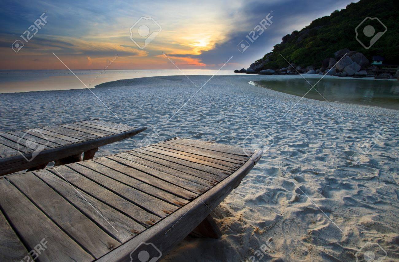 Holz Bett Am Strand Im Dusteren Himmel Lizenzfreie Fotos Bilder Und