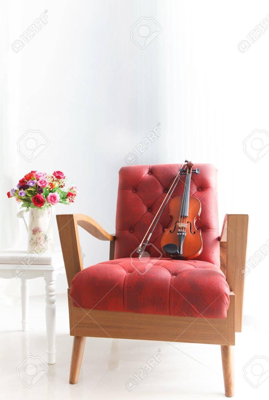 Ed Holz Leder Sessel Mit Geige Im Weissen Raum Lizenzfreie Fotos