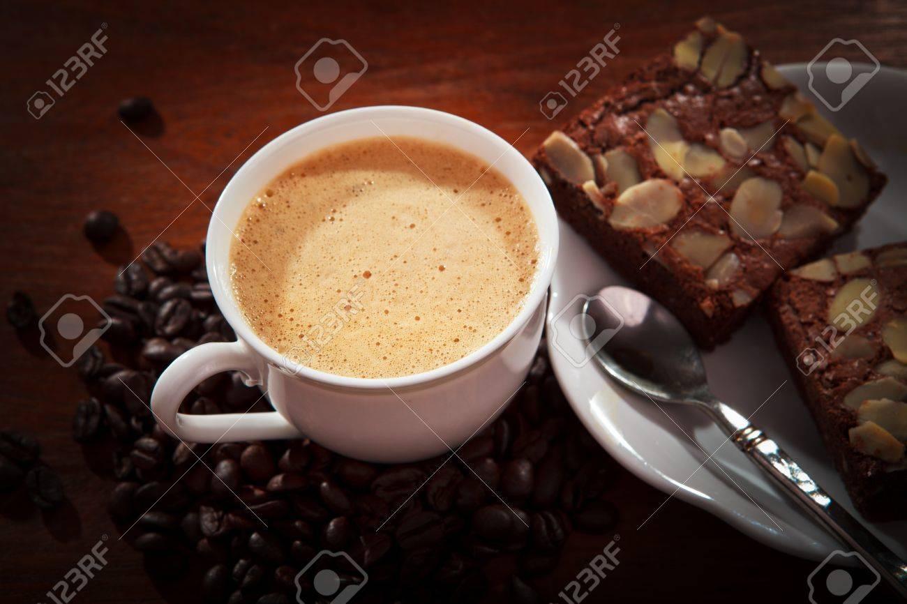 Heißen Kaffee Auf Brownie Kuchen Auf Holz Tisch Für Mehrzweck   Standard Bild   22158418
