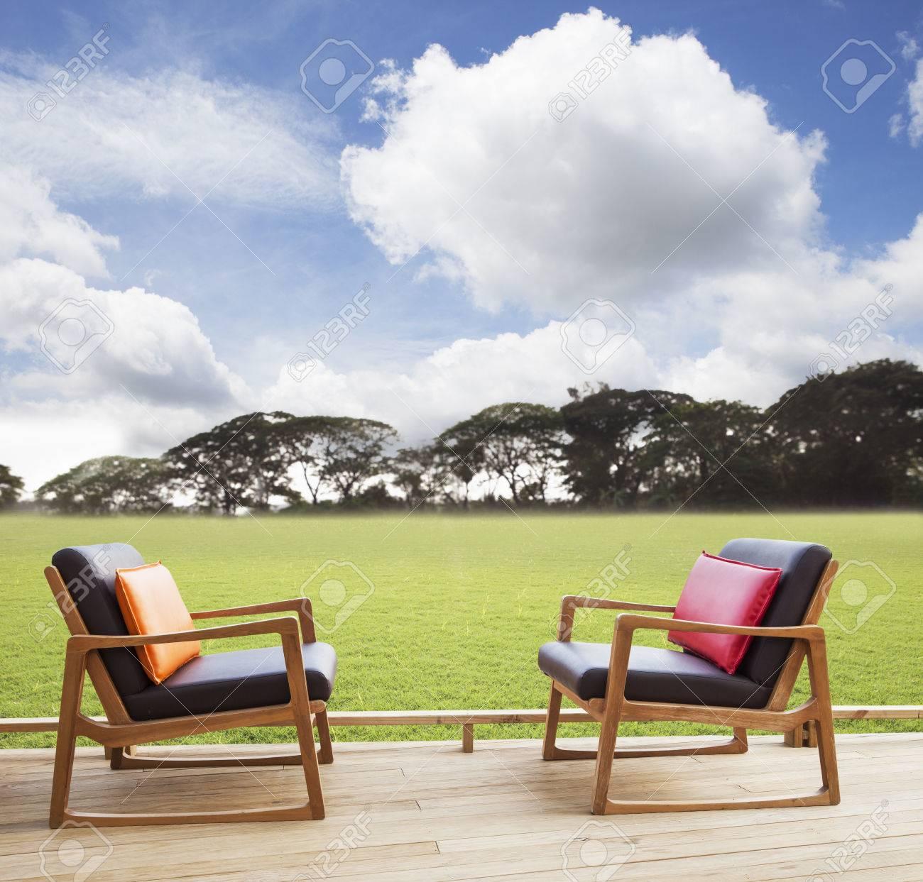 Sillones De Relax En La Terraza De Madera Con Campo De Hierba Y El Uso Hermoso Cielo Tan Natural