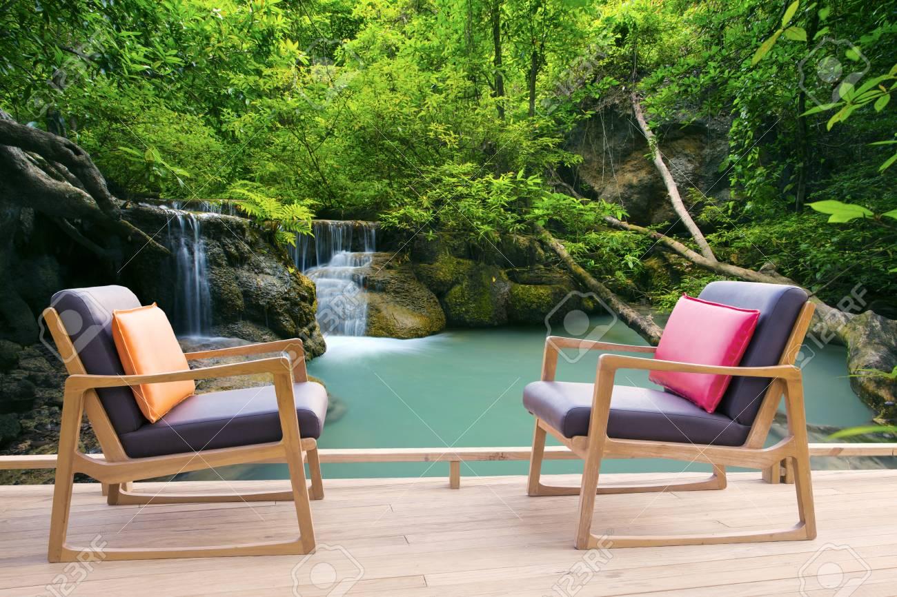 Détente bureau en bois sur une terrasse en bois contre belles