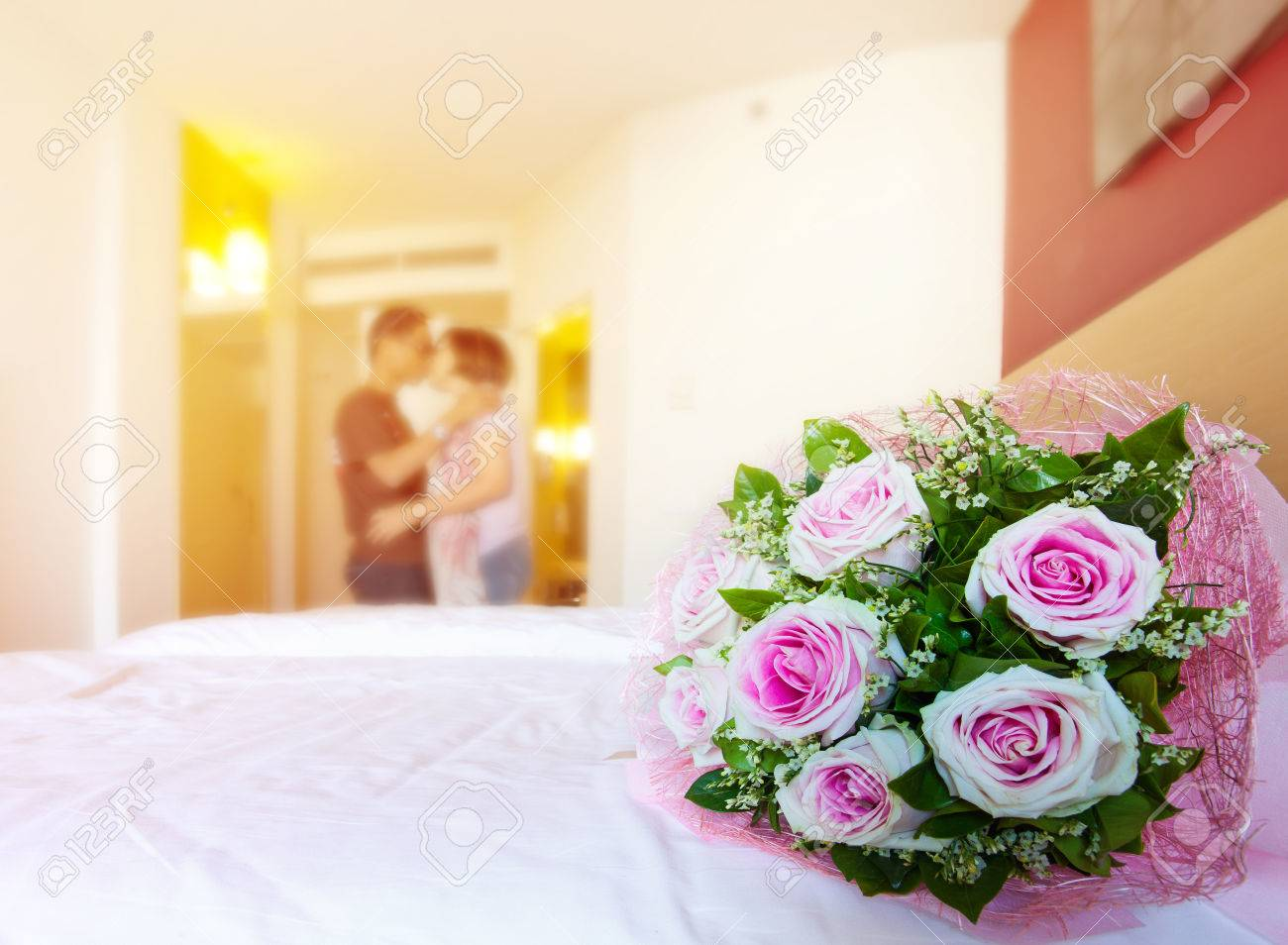 Красивые розы на кровати фото 516-937
