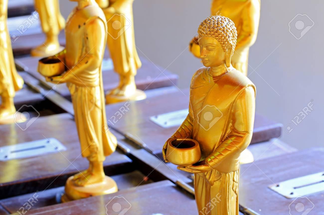仏僧の施しボウルで、寺のワット...