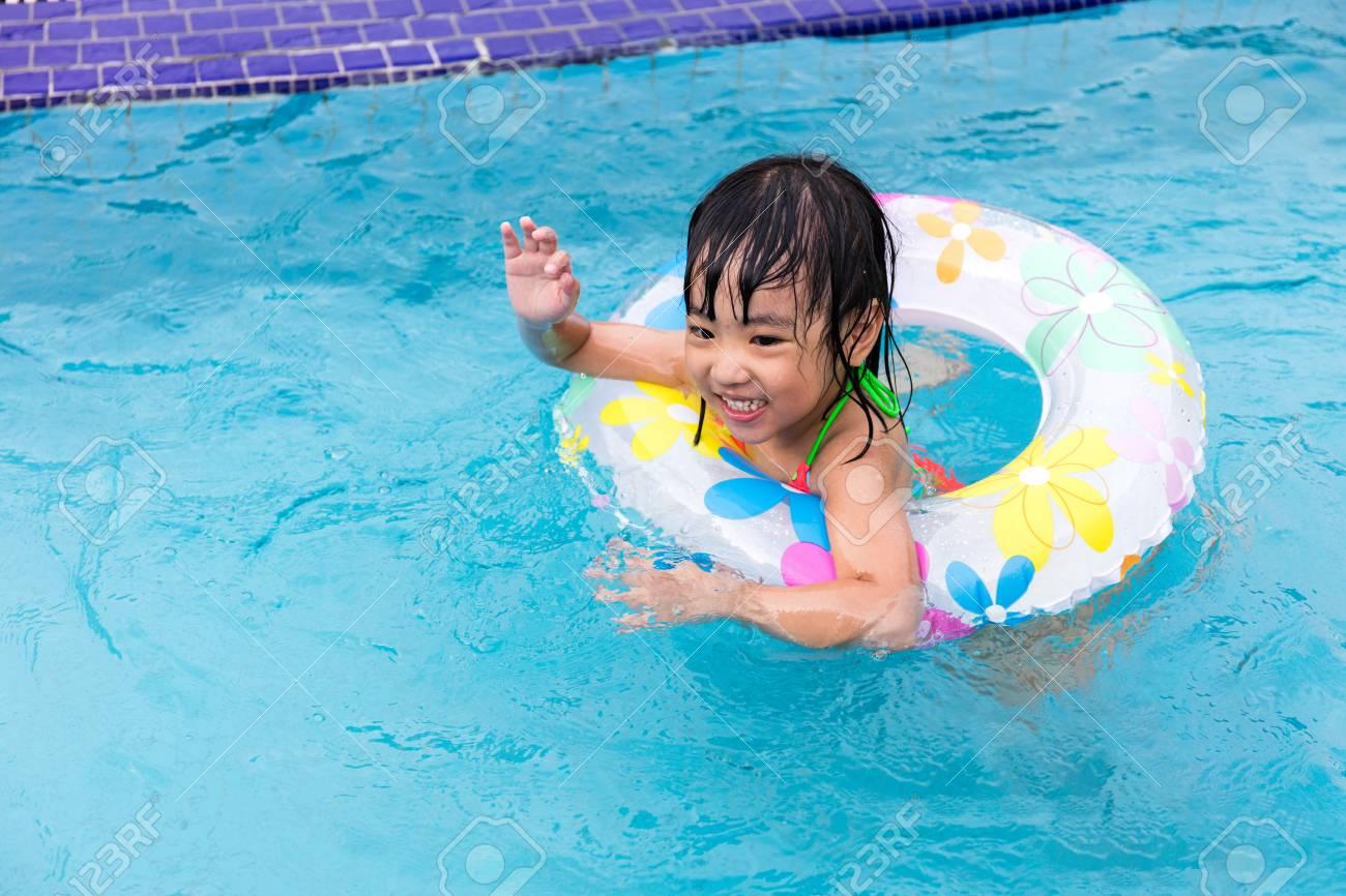 a82f88fb4dccd Gluckliche Asiatische Chinesische Kleine Madchen Die Im Pool Im