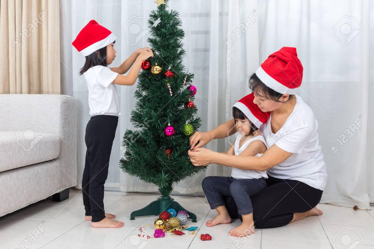 Asiatische Chinesische Mutter Und Töchter Schmücken Weihnachtsbaum ...