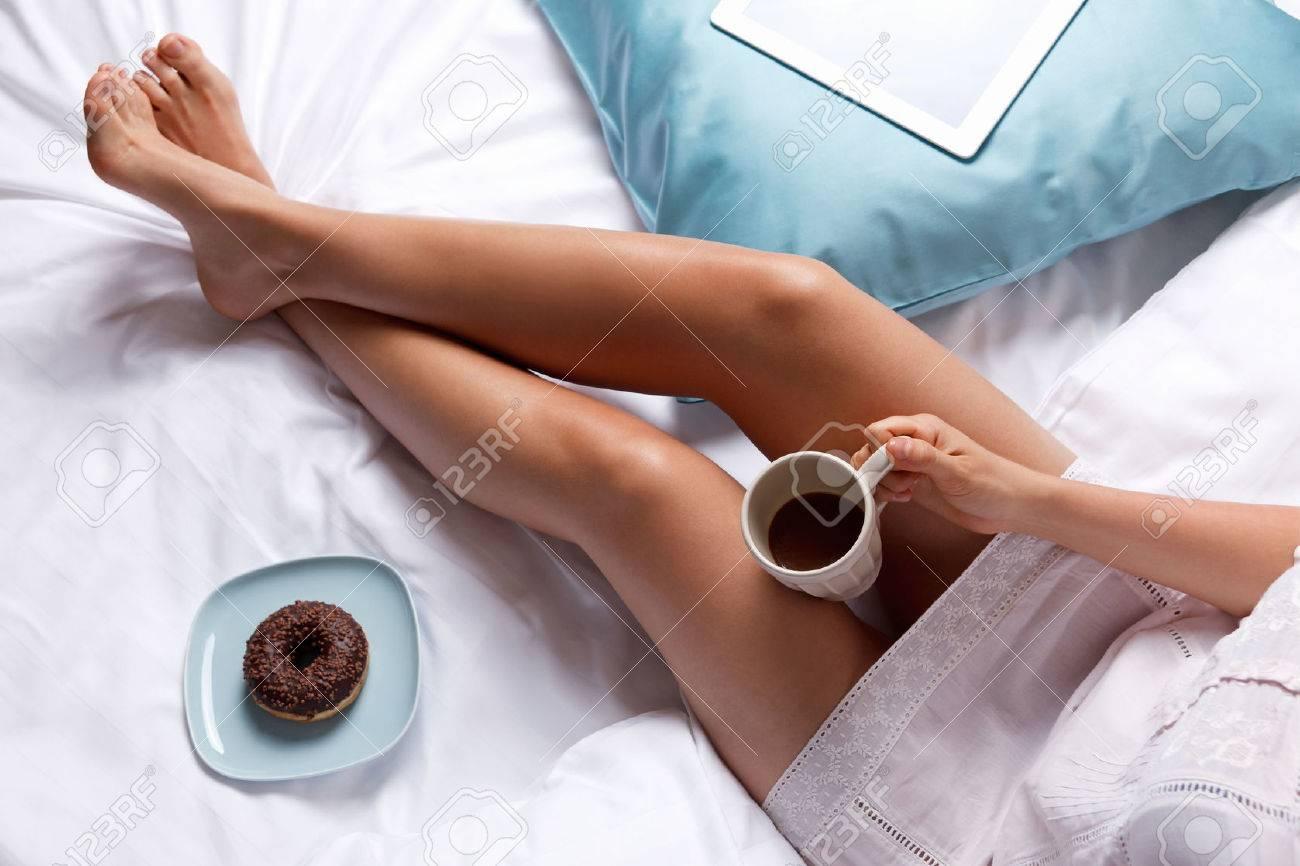 Foto A Letto.Donna Che Mangia Ciambella E Caffe Per La Colazione A Letto