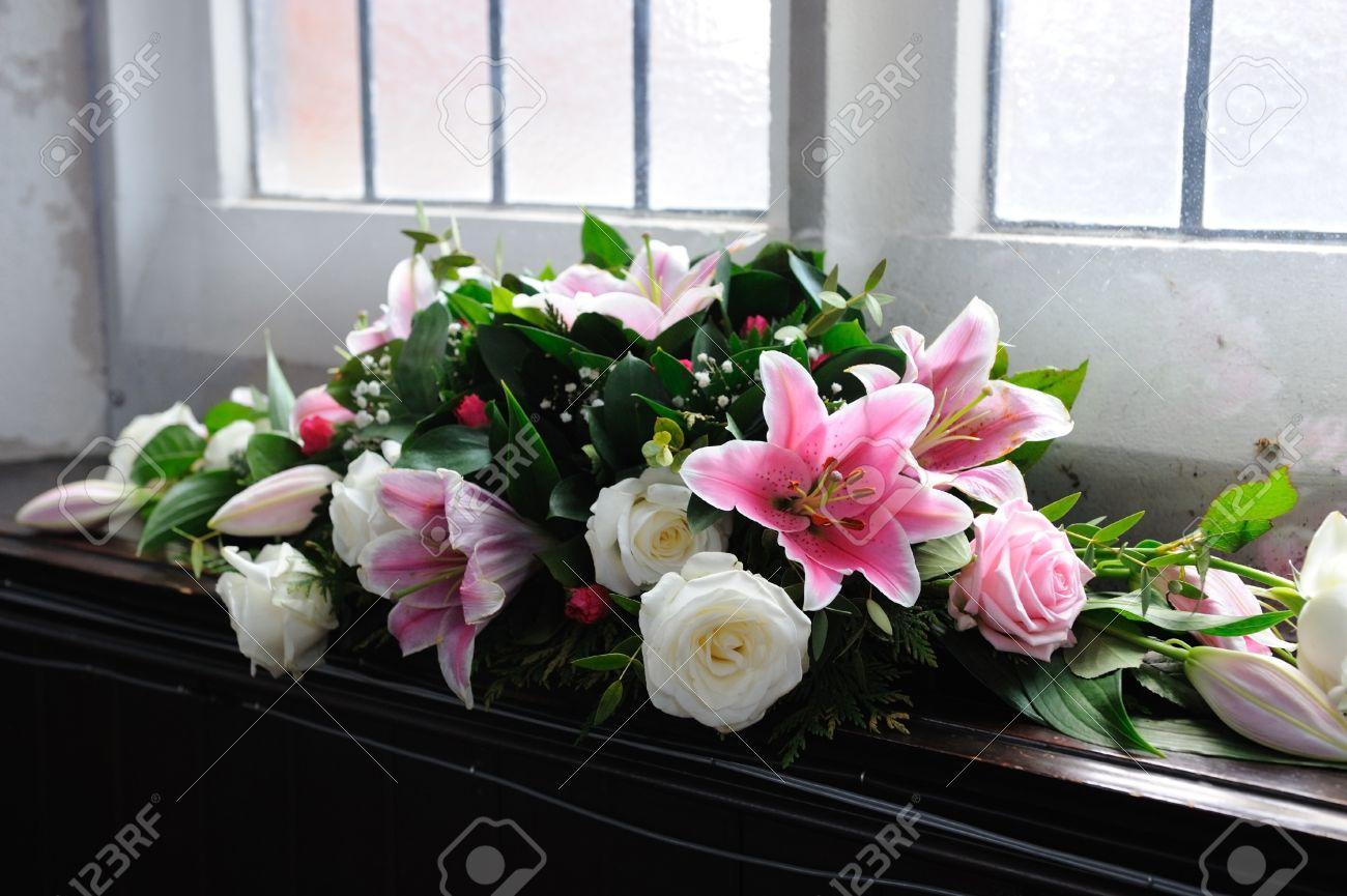 Rosa Und Weisse Blumen Schmucken Kirche Fur Die Hochzeit Lilien Und