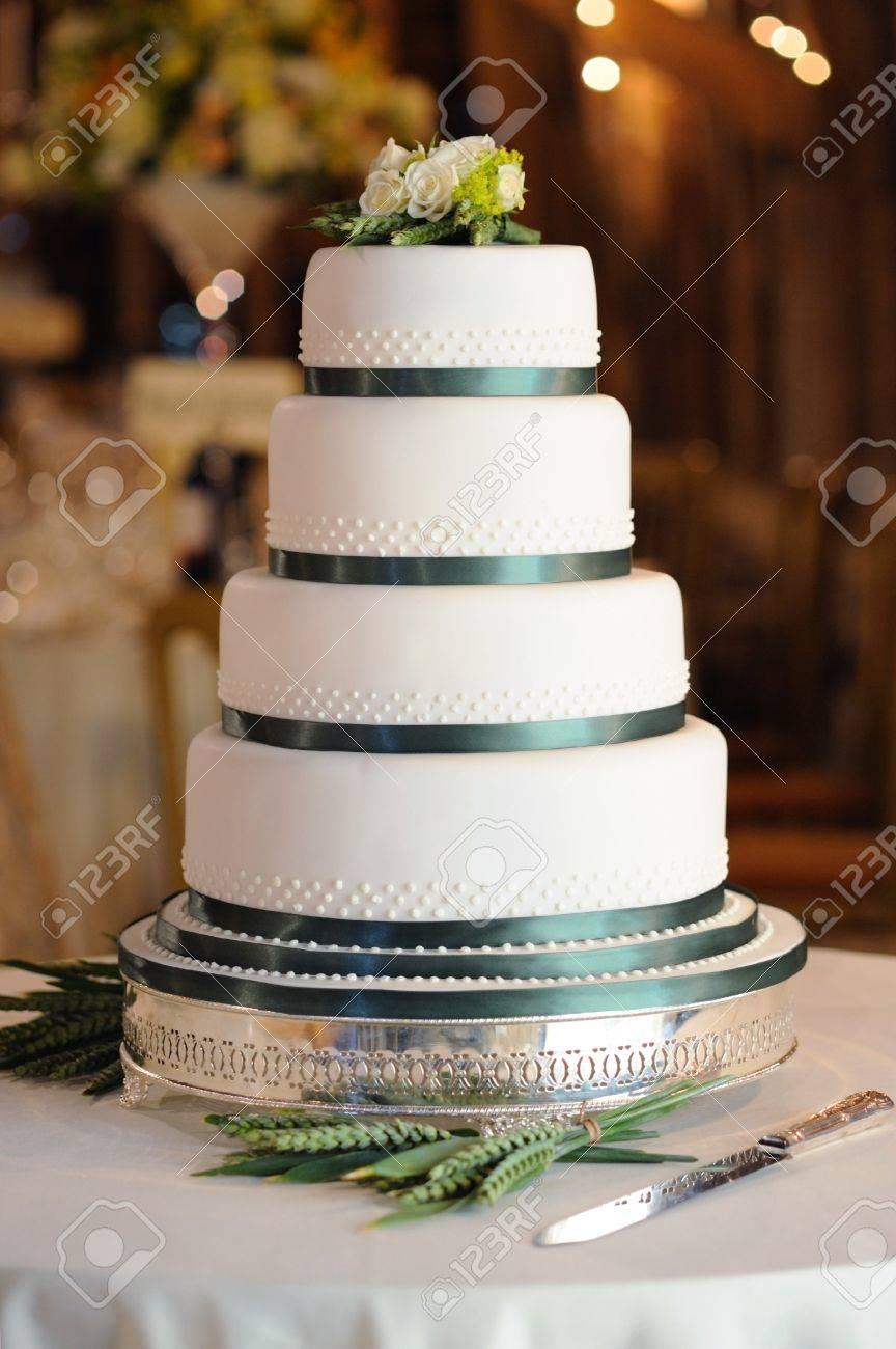 Gâteau De Mariage Vert Et Blanc à La Réception Dans La Grange