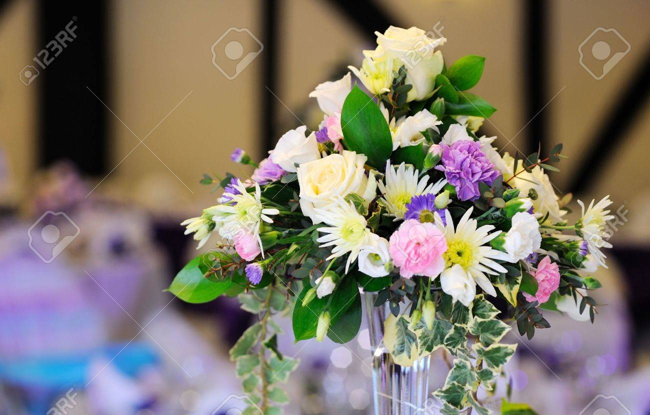 Blumen Schmucken Tisch Hochzeitsfeier Lizenzfreie Fotos Bilder Und
