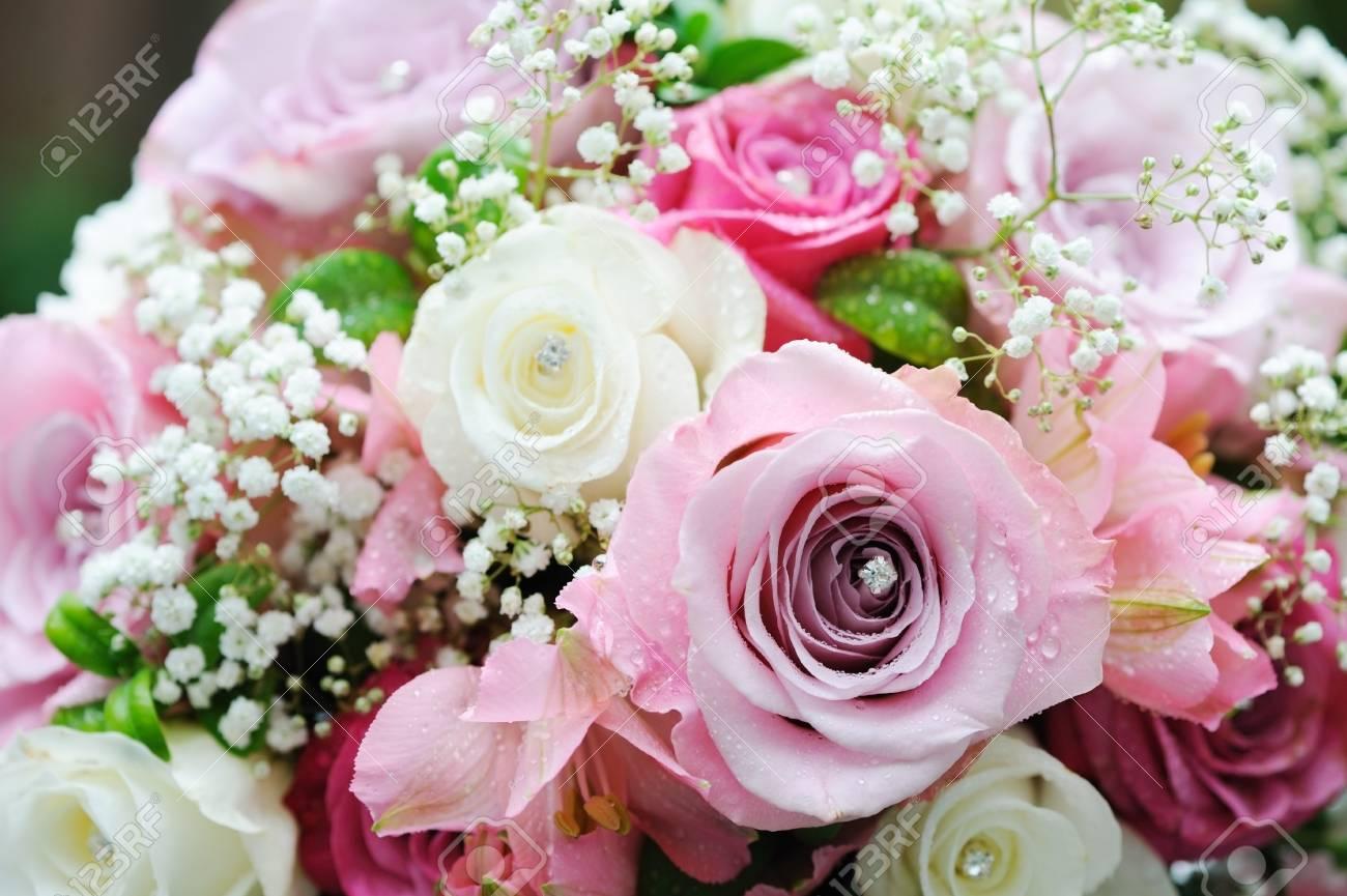 Novias De Rosas Rosadas Y Blancas En El Día De La Boda Fotos ...