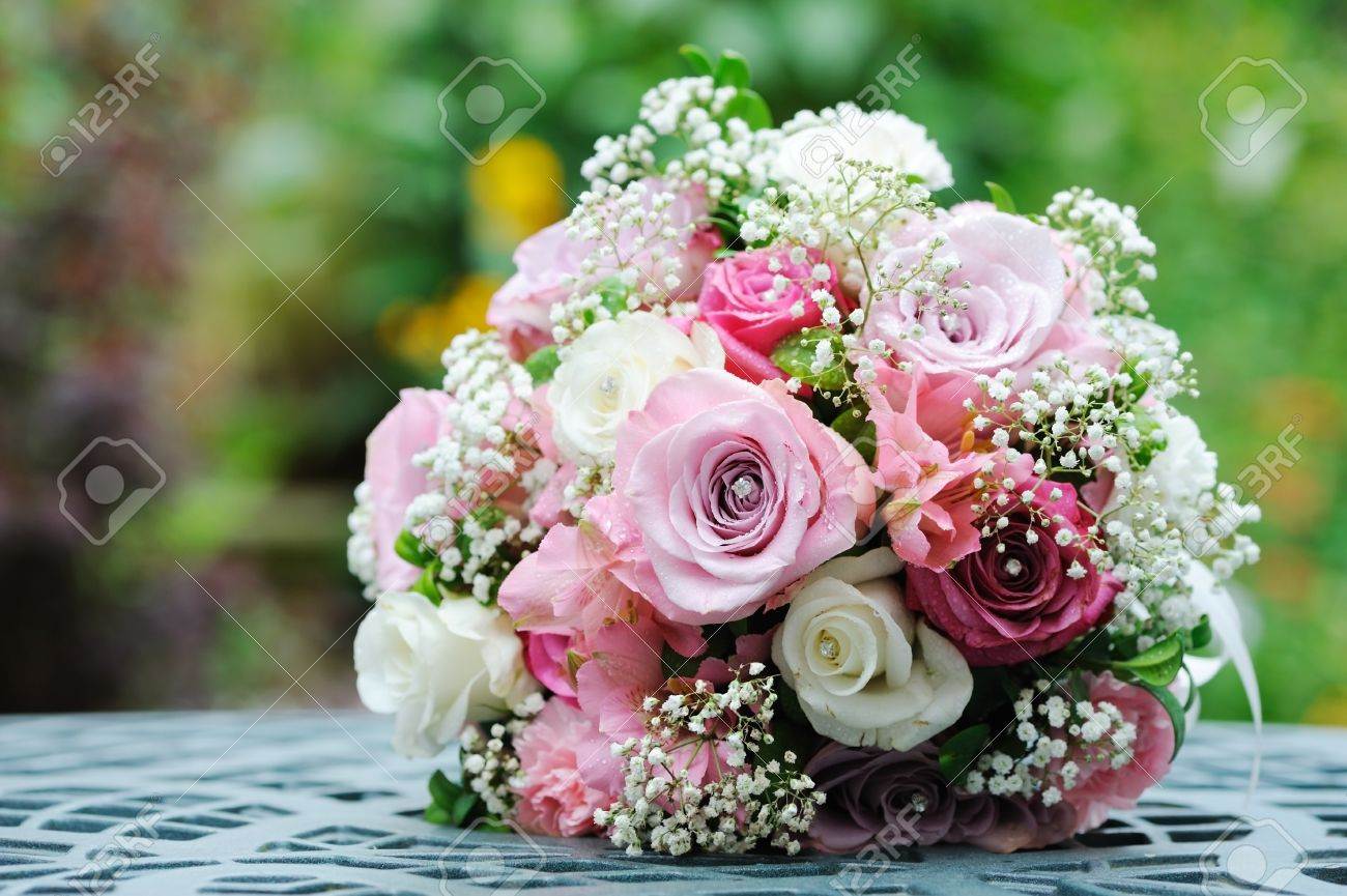 Brides bouquet of pink and white roses before wedding royalty free brides bouquet of pink and white roses before wedding stok fotoraf 14633516 izmirmasajfo