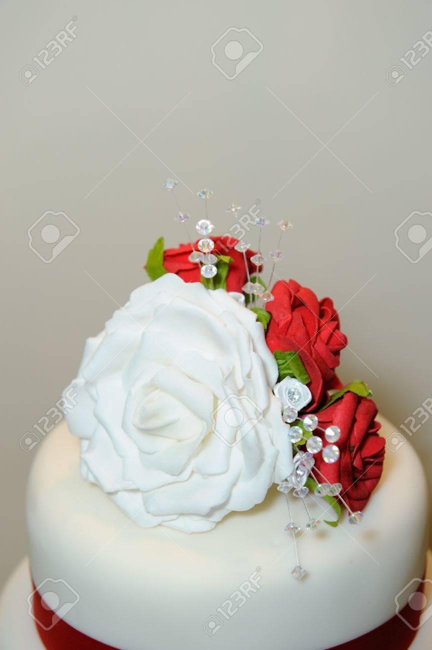 Decoración De La Torta De Boda Es Rosas Rojas Y Blancas Fotos Retratos Imágenes Y Fotografía De Archivo Libres De Derecho Image 15870518