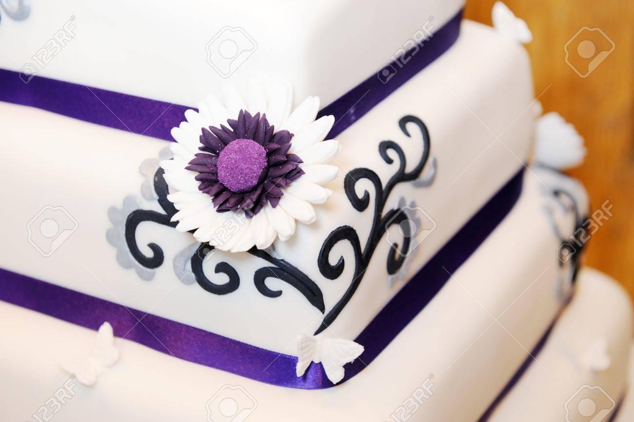 Closeup Der Hochzeitstorte Lila Blute Detail Lizenzfreie Fotos